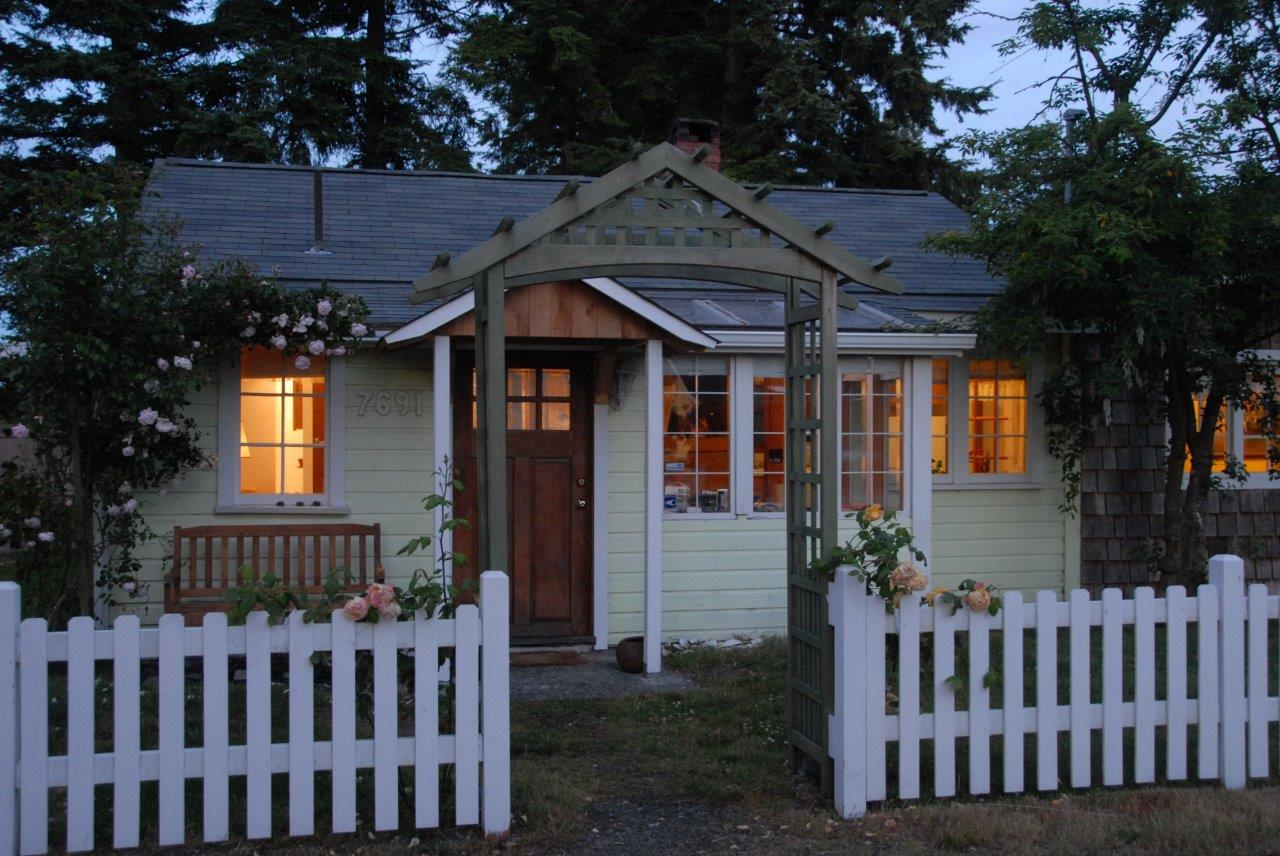 Picture of the front of Seashell cottage from the west with a fir tree in the front yard